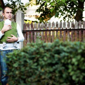 noszenie dziecka w chuście przez ojca