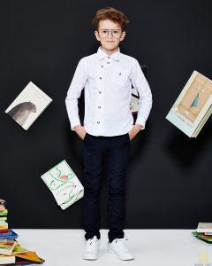 chłopiec w modnych spodniach